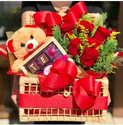 Baú com Rosas Vermelhas, Ursinho de Pelúcia e estojo de Bombons