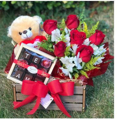 Baú com Rosas Vermelhas, Ursinho de Pelúcia e estojo de Bombons - Ref. FDN0019